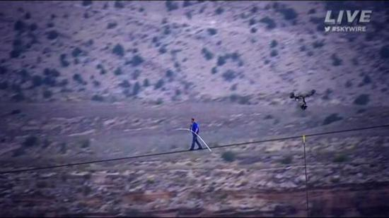 man crossing grand canyon on rope 4