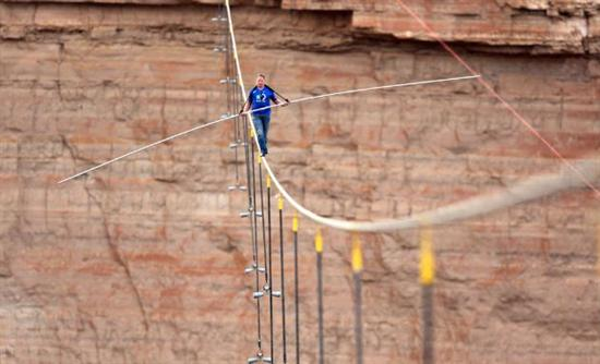 man crossing grand canyon on rope 5