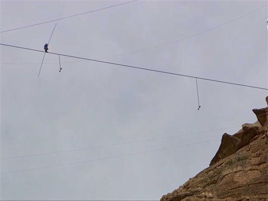 man crossing grand canyon on rope 7