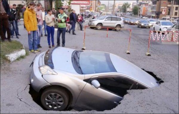 Barnaul car sink into the ground 600x383