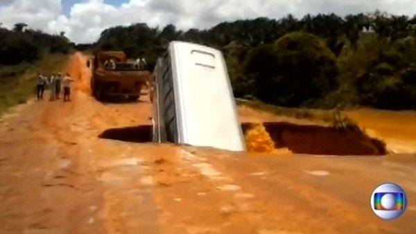 brazilian road bus fell huge hole  600x338