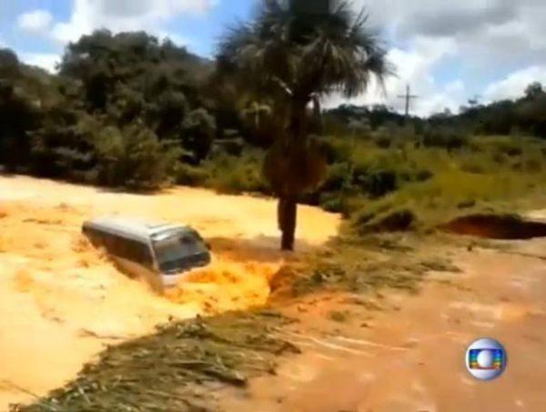 brazilian road bus fell huge hole river 600x453