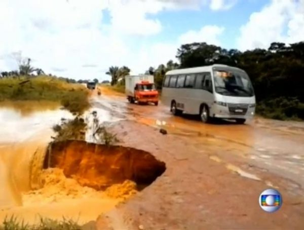brazilian road bus giant hole  600x453