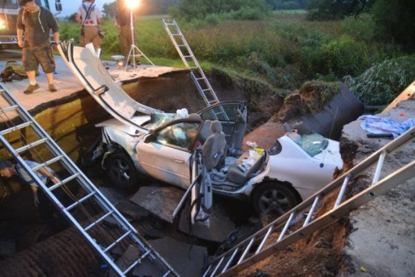 car swallowed by sinkhole in Kane County Illinois  600x401