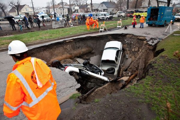 chicago large hole swallows three cars 600x400