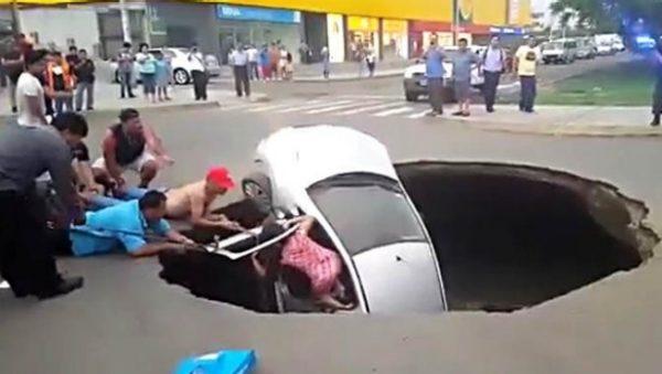 peru car fell into hole  600x339