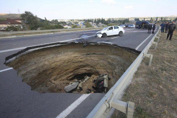 ukraine disaster  road hole 600x400