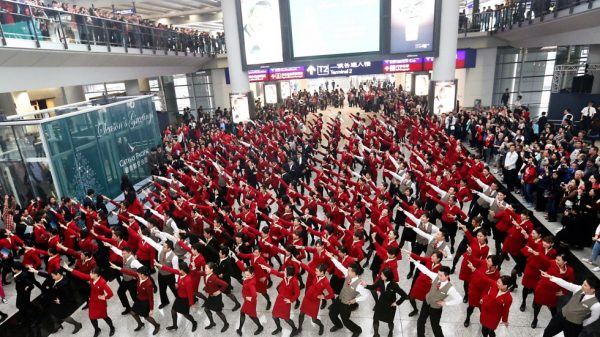 airline staff flash mob airport 600x337