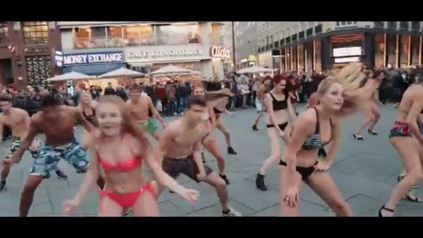 big bikini flashmob vienna stephansplatz 600x338