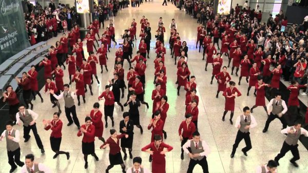 instant flash mob airport stuff on Christmas 600x338