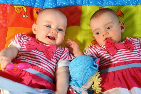 Elliott Twins born 87 days apart 600x399
