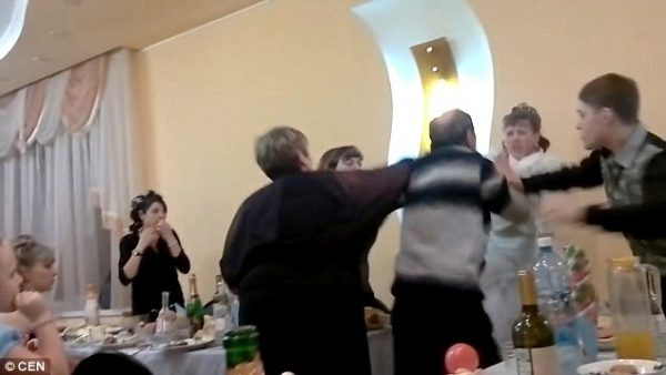 wedding braw erupted after bride show middlefinger to father in law 600x338